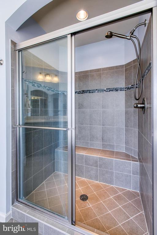 Tile shower with built-in bench - 21 TANKARD RD, STAFFORD