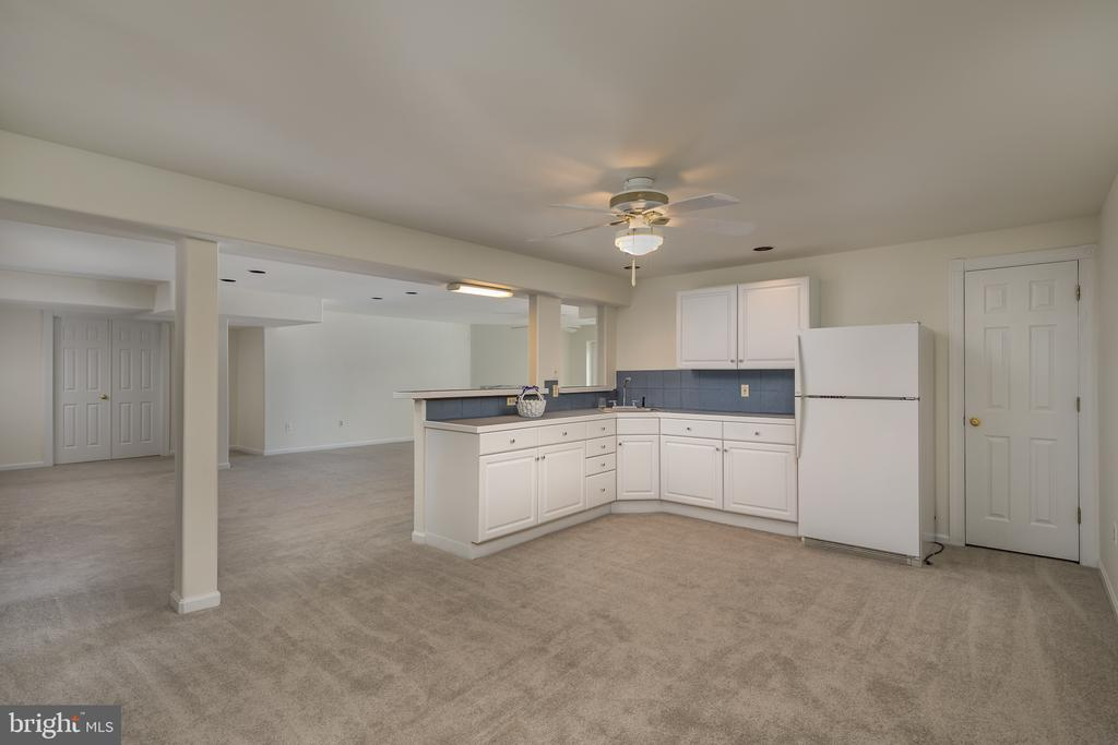 Lower level Kitchenette.  Perfect for entertaining - 4551 SUNSHINE CT, WOODBRIDGE