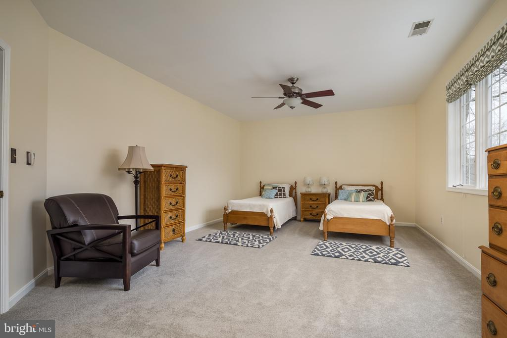 Large upper level bedroom - 4551 SUNSHINE CT, WOODBRIDGE