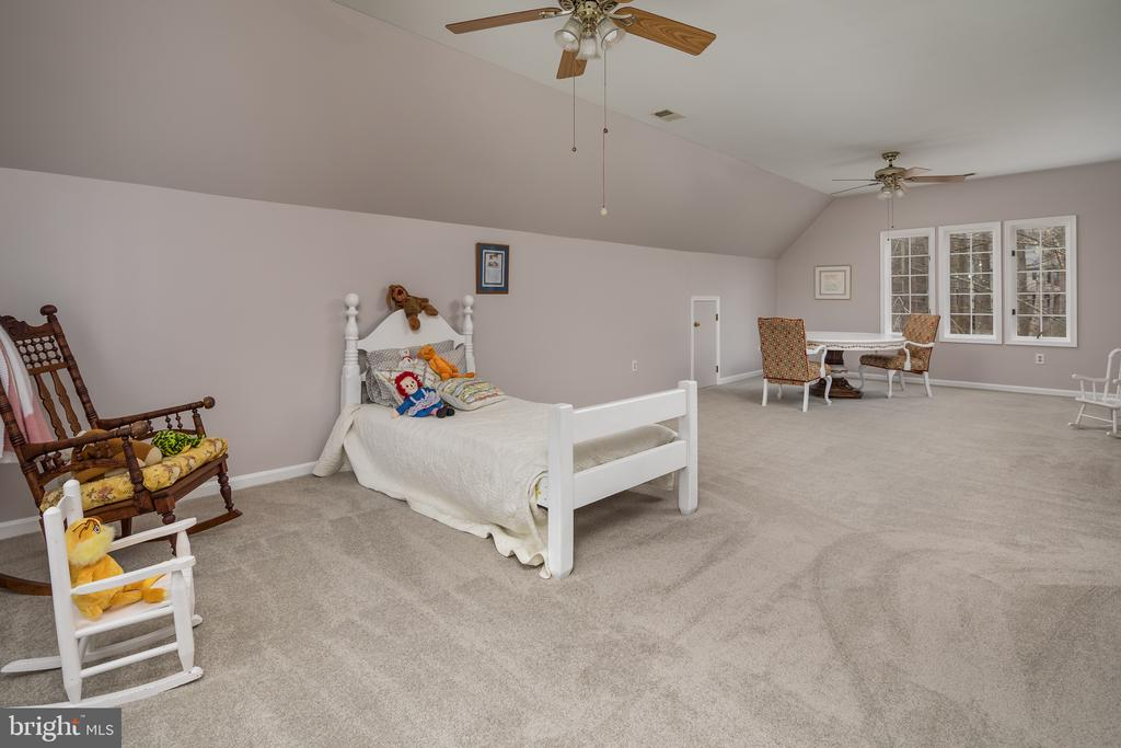 Spacious upper level bedroom suite - 4551 SUNSHINE CT, WOODBRIDGE