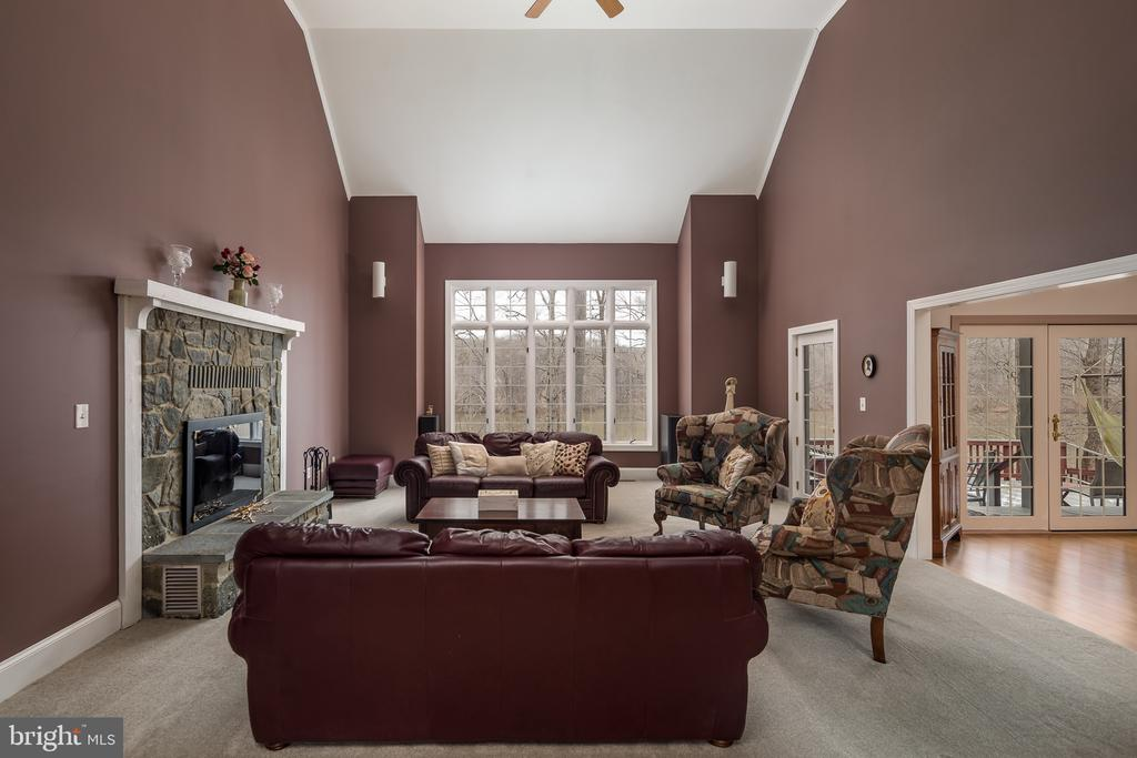 2-story Family room - 4551 SUNSHINE CT, WOODBRIDGE