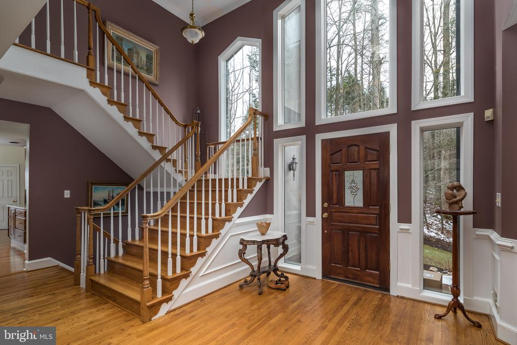 Front entry and wide main staircase - 4551 SUNSHINE CT, WOODBRIDGE