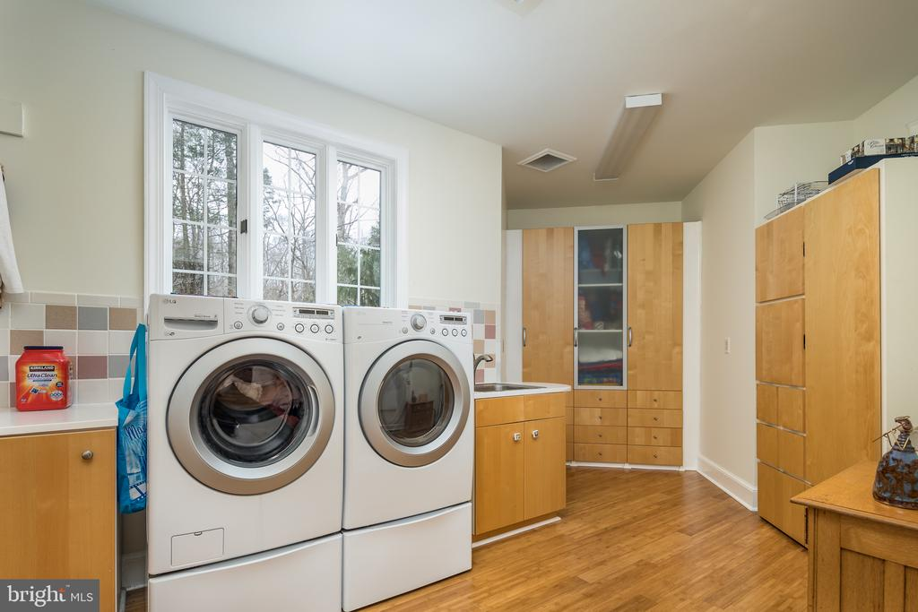 Huge Laundry room - 4551 SUNSHINE CT, WOODBRIDGE