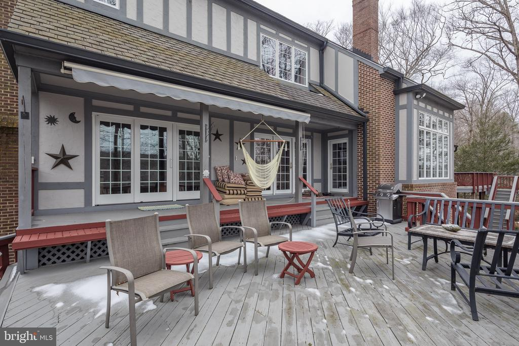Big rear deck for entertaining - 4551 SUNSHINE CT, WOODBRIDGE