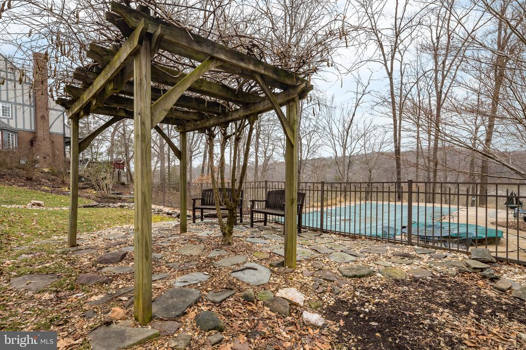 Trellis by the pool - 4551 SUNSHINE CT, WOODBRIDGE