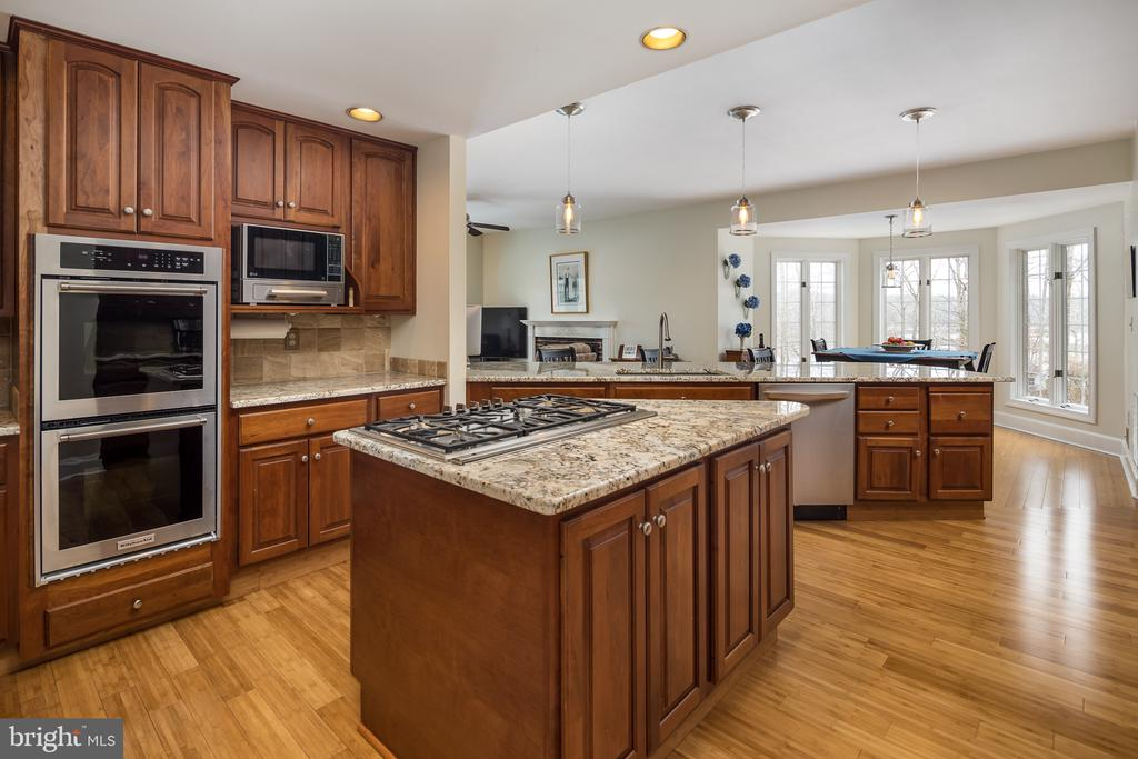 Kitchen with SS appliances - 4551 SUNSHINE CT, WOODBRIDGE