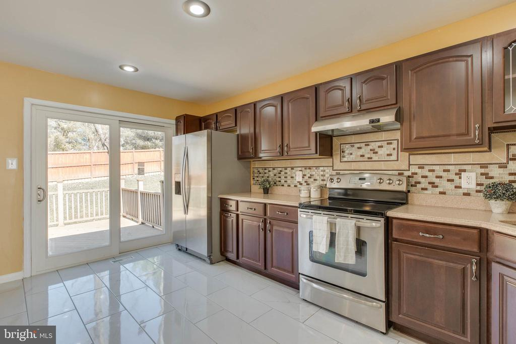 Move the party outside through the kitchen - 14513 CARONA DR, SILVER SPRING