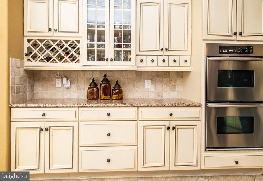 Custom cabinets w/ double oven. - 21883 KNOB HILL PL, ASHBURN