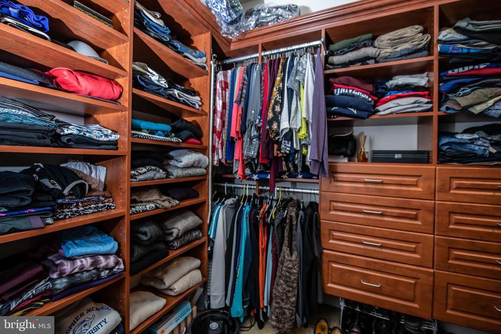 Large master closet. - 21883 KNOB HILL PL, ASHBURN