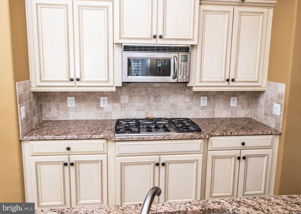 Cook-top with microwave above. - 21883 KNOB HILL PL, ASHBURN