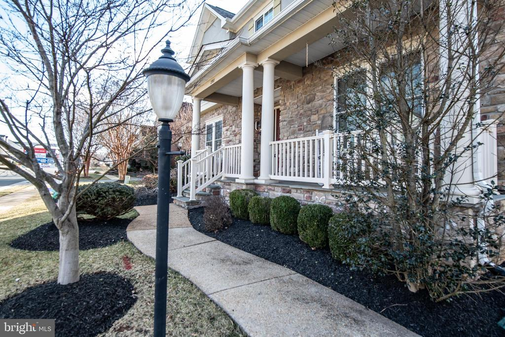 Deluxe landscaping with in-ground sprinklers. - 21883 KNOB HILL PL, ASHBURN