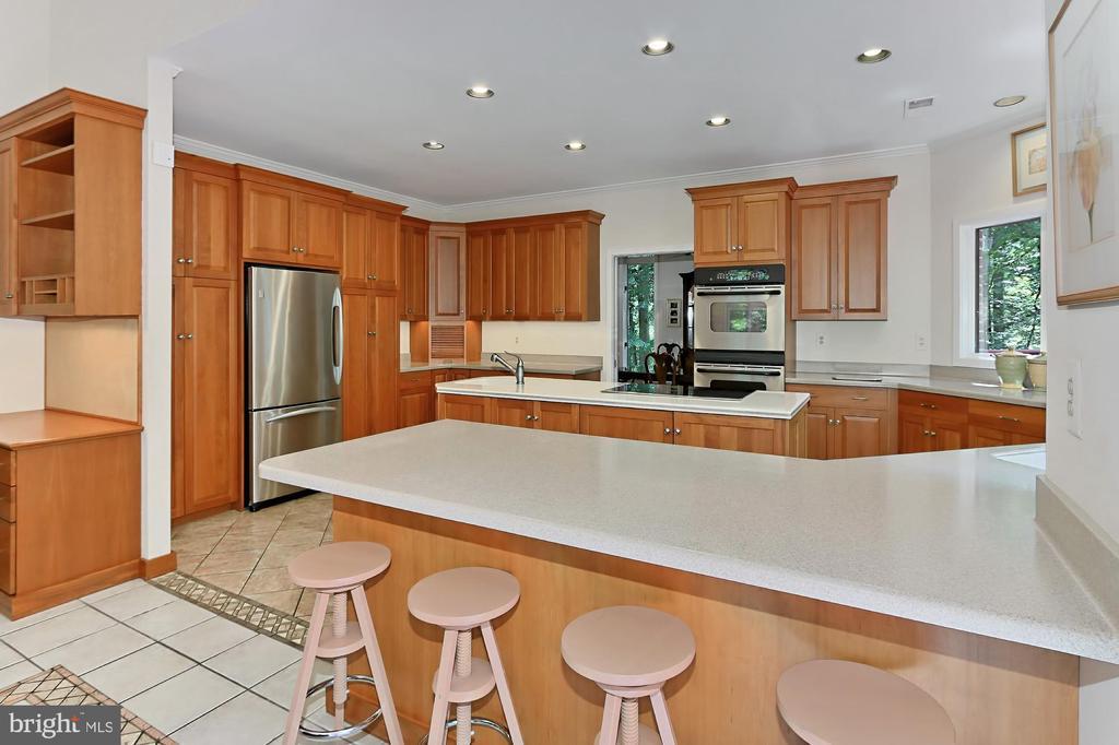 Breakfast bar, center island, built in desk! - 12709 MILL GLEN CT, CLIFTON