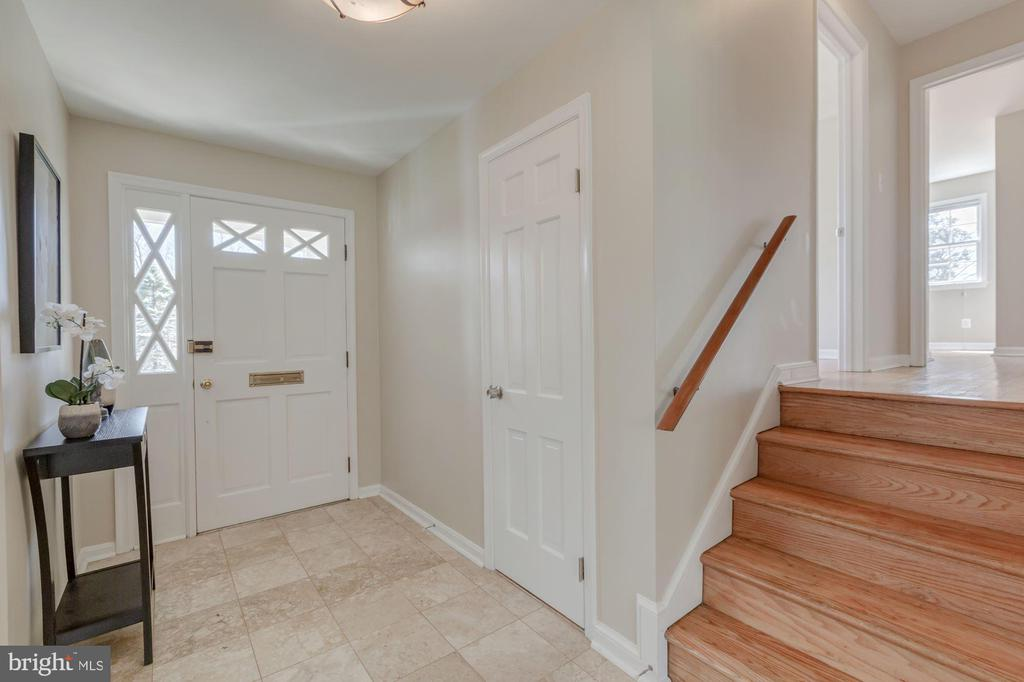 Entryway looking back at front door - 8938 COLESBURY PL, FAIRFAX
