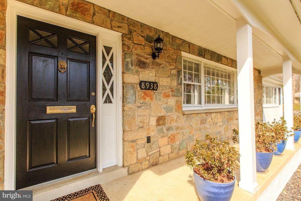Front door and welcoming porch - 8938 COLESBURY PL, FAIRFAX