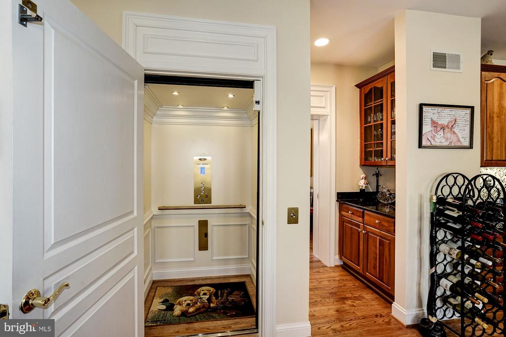 Elevator goes to all 3 levels - 3150 ARIANA DR, OAKTON