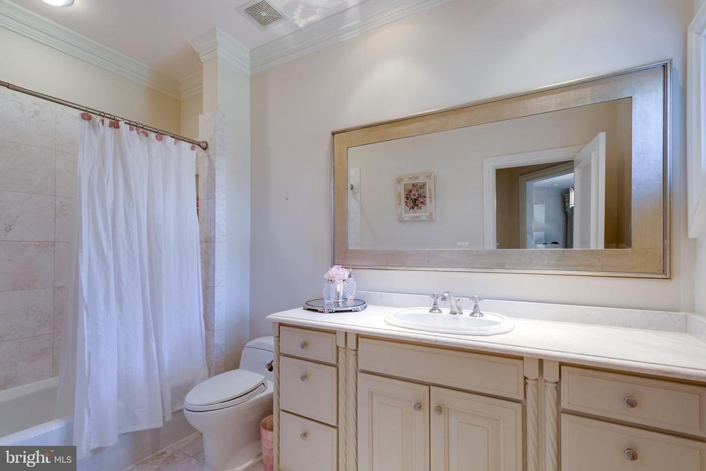 Bedroom 2's en suite bathroom - 7301 DULANY DR, MCLEAN