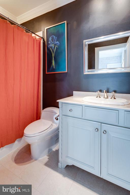 Bedroom 3's en suite bathroom - 7301 DULANY DR, MCLEAN