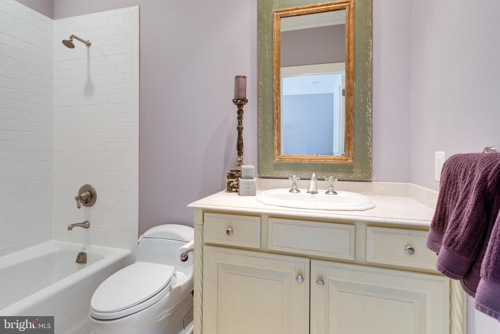 Bedroom 4's en suite bathroom - 7301 DULANY DR, MCLEAN