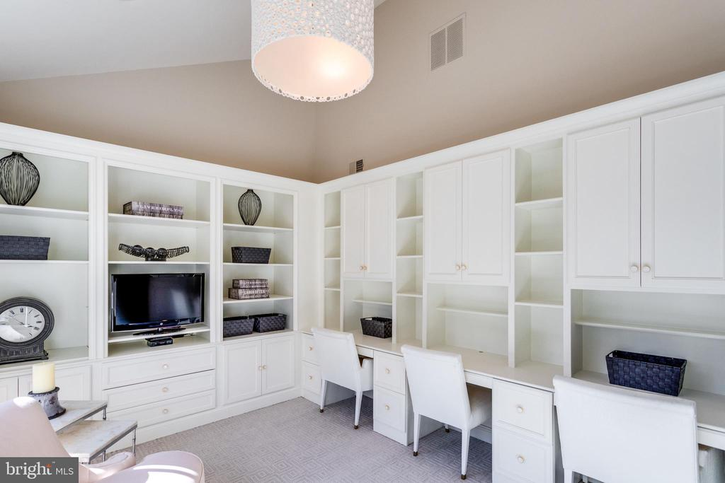 Wonderful built -ins - 7301 DULANY DR, MCLEAN