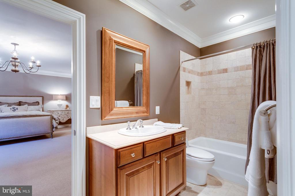 Bedroom 6's en suite bathroom - 7301 DULANY DR, MCLEAN