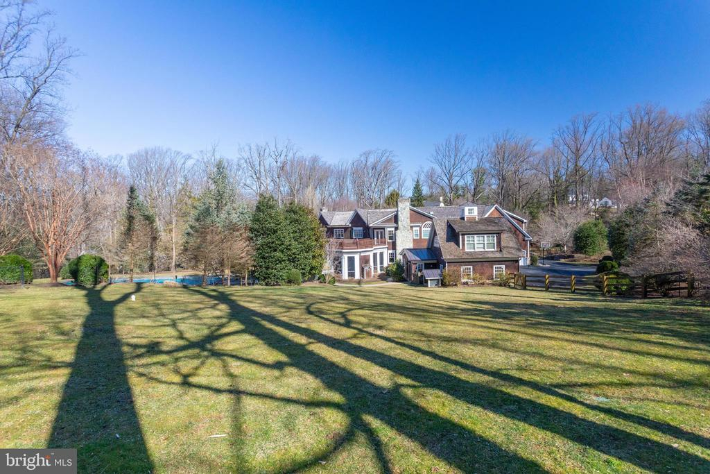 Plenty of yard for outdoor fun - 7301 DULANY DR, MCLEAN