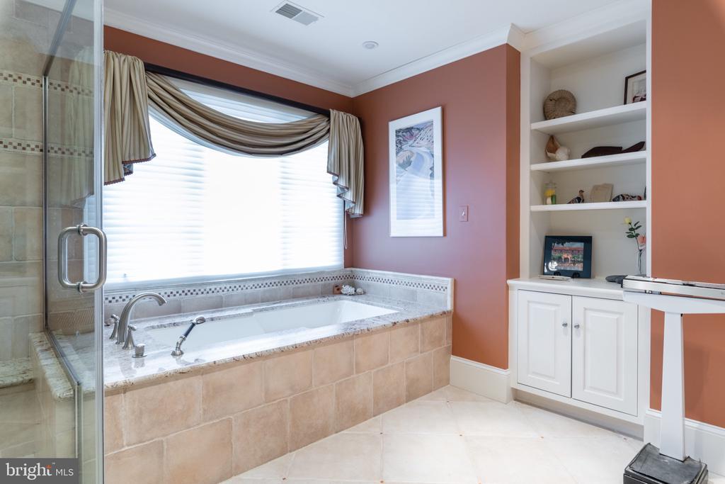 MASTER BATH - 4105 N RANDOLPH CT, ARLINGTON