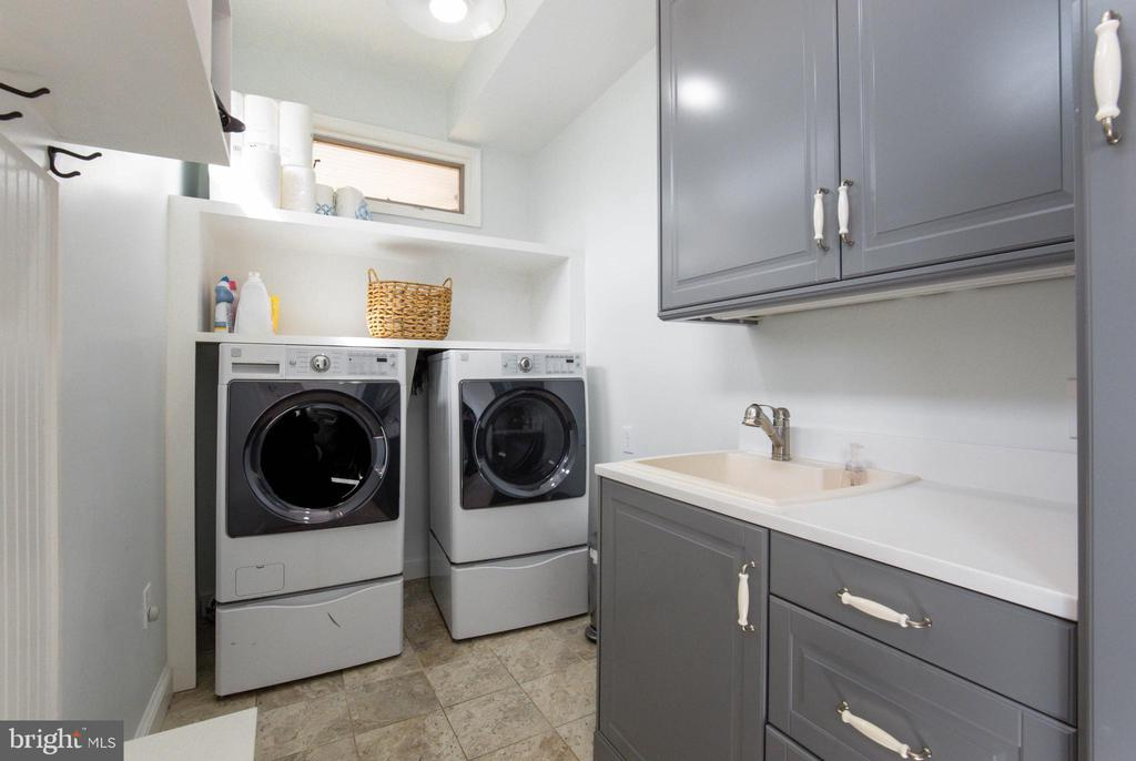 Separate Laundry/Mudroom - 2704 S JOYCE ST, ARLINGTON