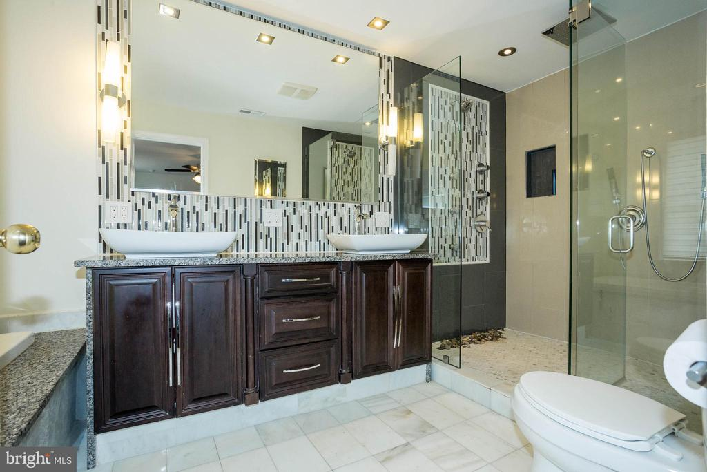 Dual head rain-head showers and soaking tub - 2704 S JOYCE ST, ARLINGTON