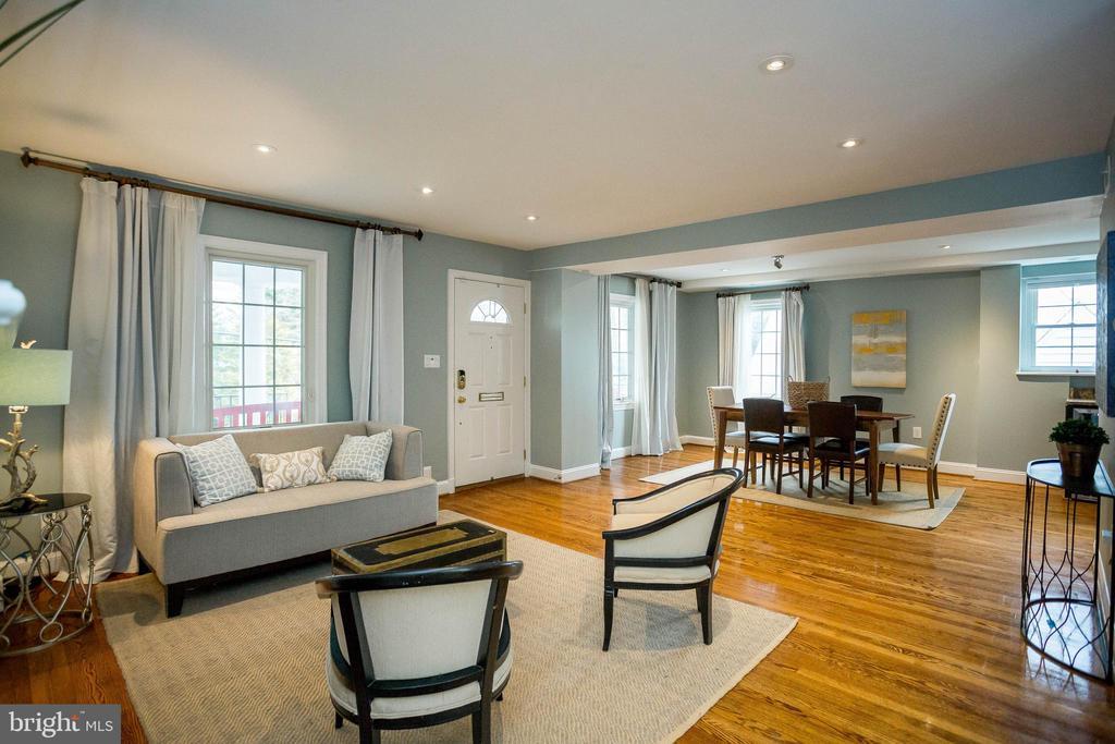 Open concept living with hardwood everywhere - 2704 S JOYCE ST, ARLINGTON