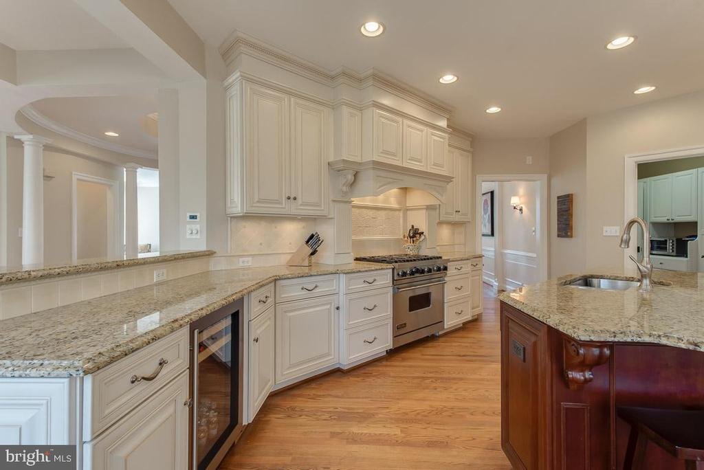 Gourmet kitchen, white cabinetry - 121 SINEGAR PL, STERLING