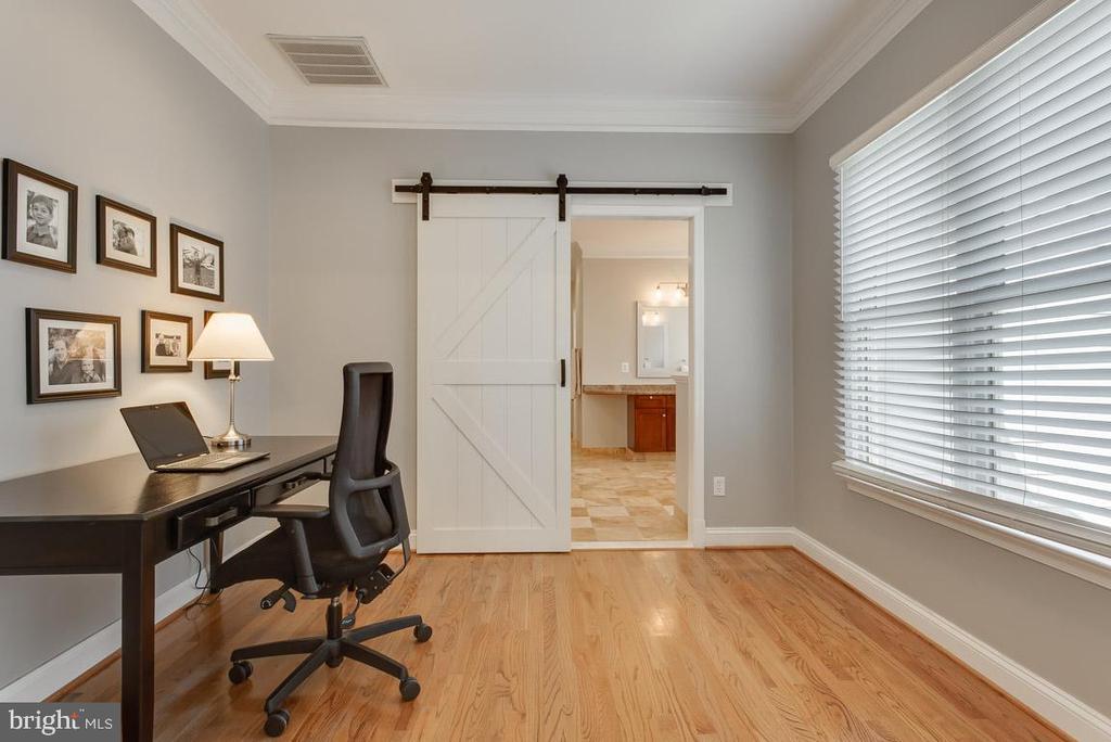 Work/study area off master before bath, barn door - 121 SINEGAR PL, STERLING