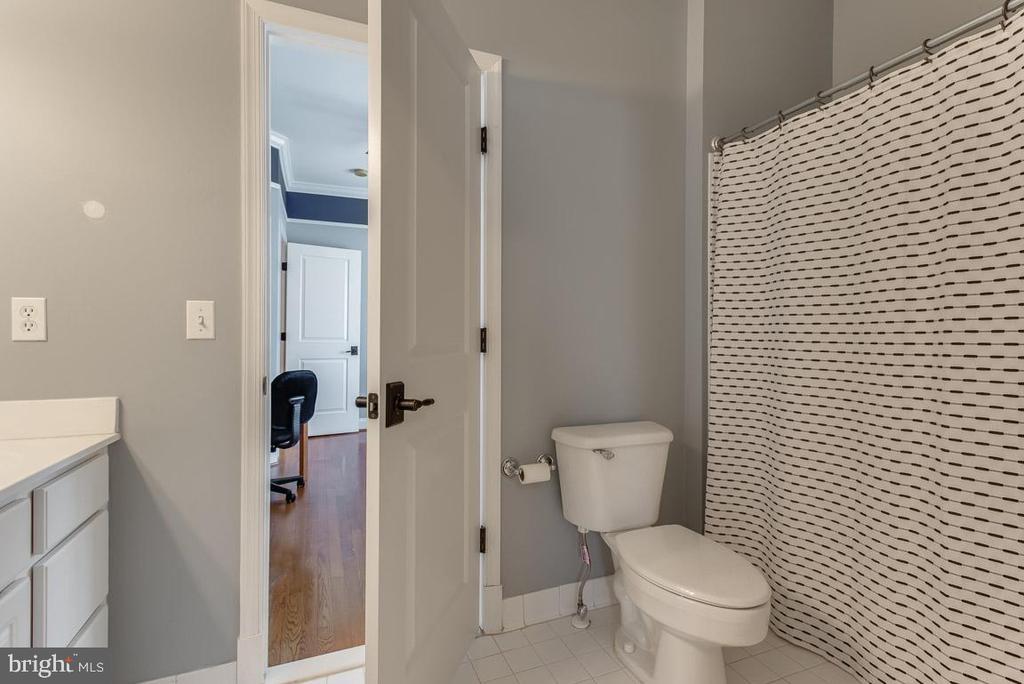 Jack & Jill bath for bedrooms 2 and 3 - 121 SINEGAR PL, STERLING