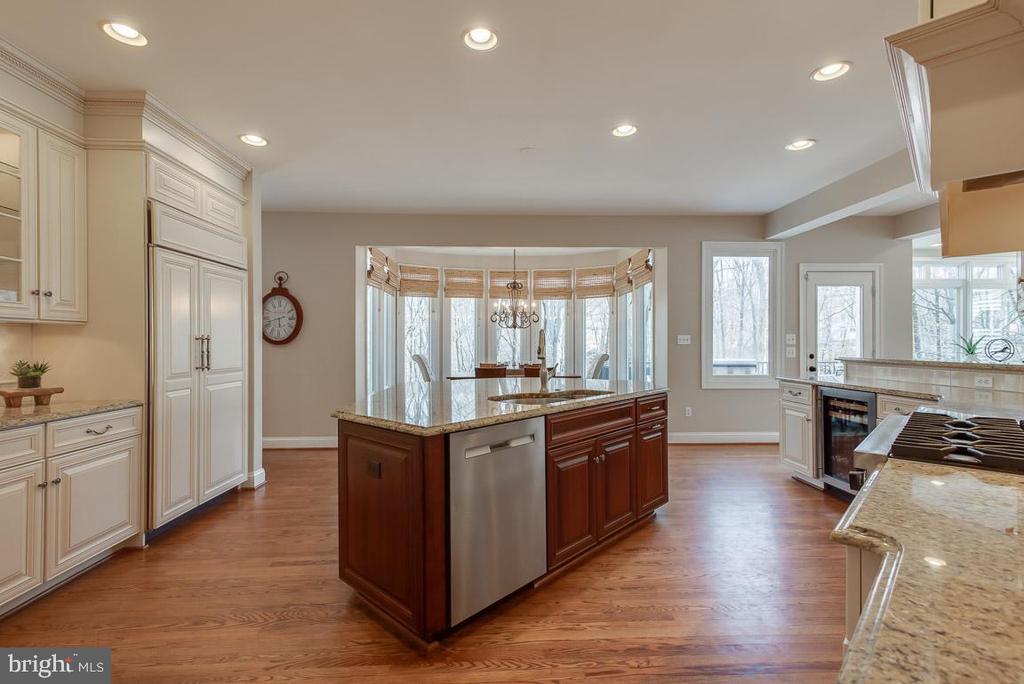 Gourmet kitchen, granite counter tops, wine cooler - 121 SINEGAR PL, STERLING