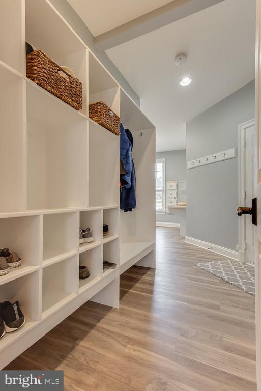 Mud room off laundry, coat and shoe storage - 121 SINEGAR PL, STERLING