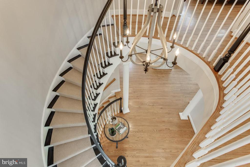 Dramatic stairwell offers great views - 121 SINEGAR PL, STERLING
