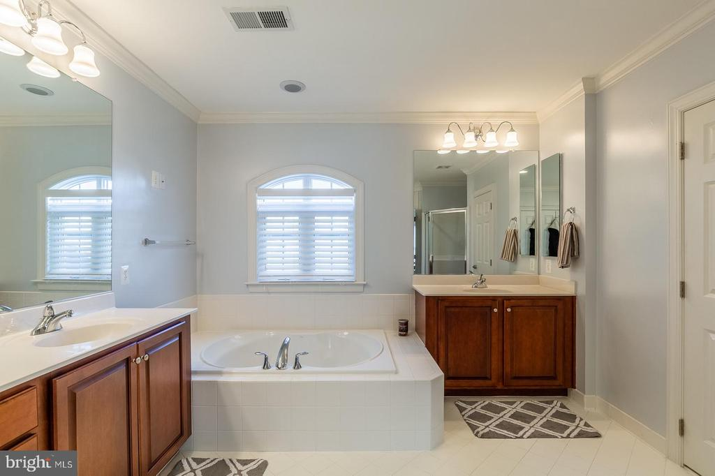 Master bath w/ separate vanities and soaking tub - 18487 KERILL RD, TRIANGLE