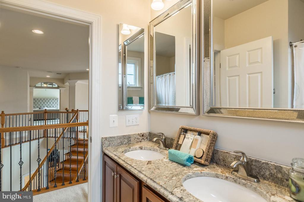 2nd full bath on upper level - 18487 KERILL RD, TRIANGLE