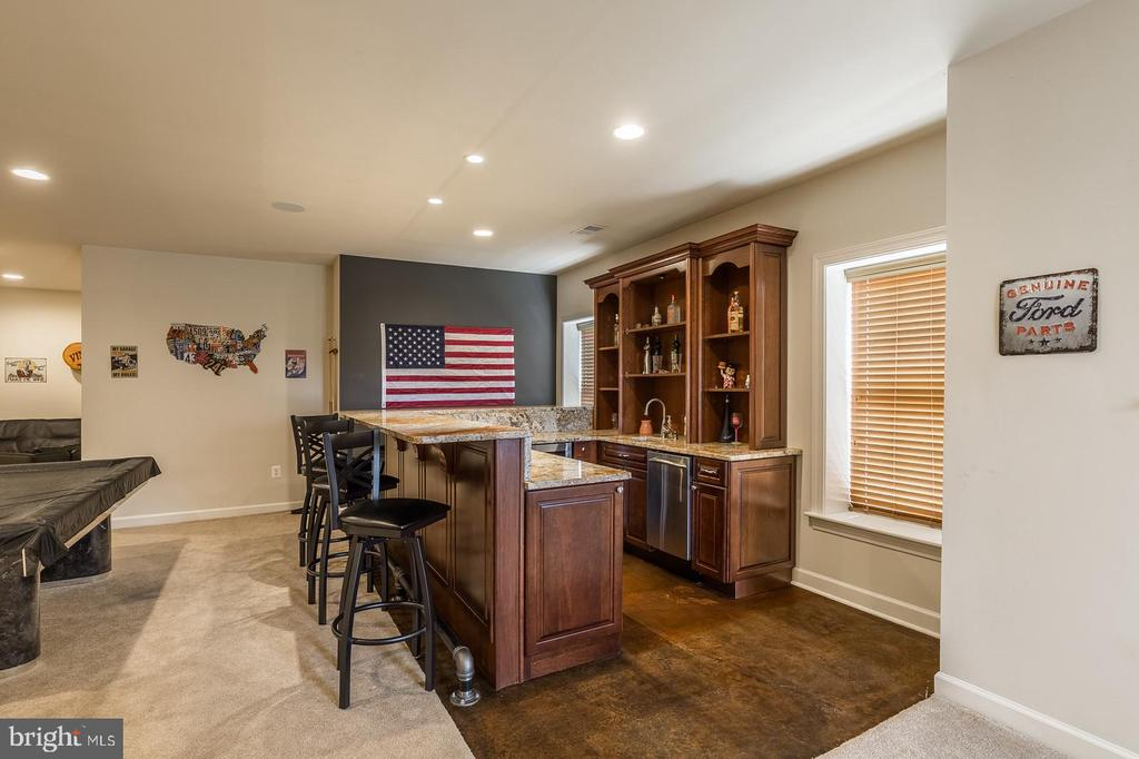 Massive wet bar complete with dish washer - 18487 KERILL RD, TRIANGLE