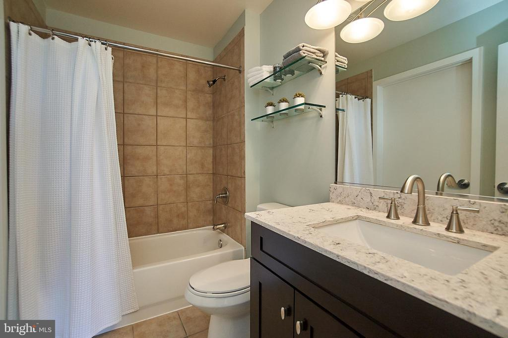Dual entry bath with updated vanity - 2120 VERMONT AVE NW #611, WASHINGTON