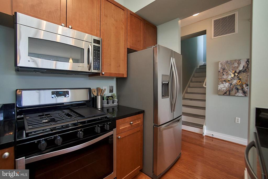 Brand new gas range and 2-year old fridge - 2120 VERMONT AVE NW #611, WASHINGTON