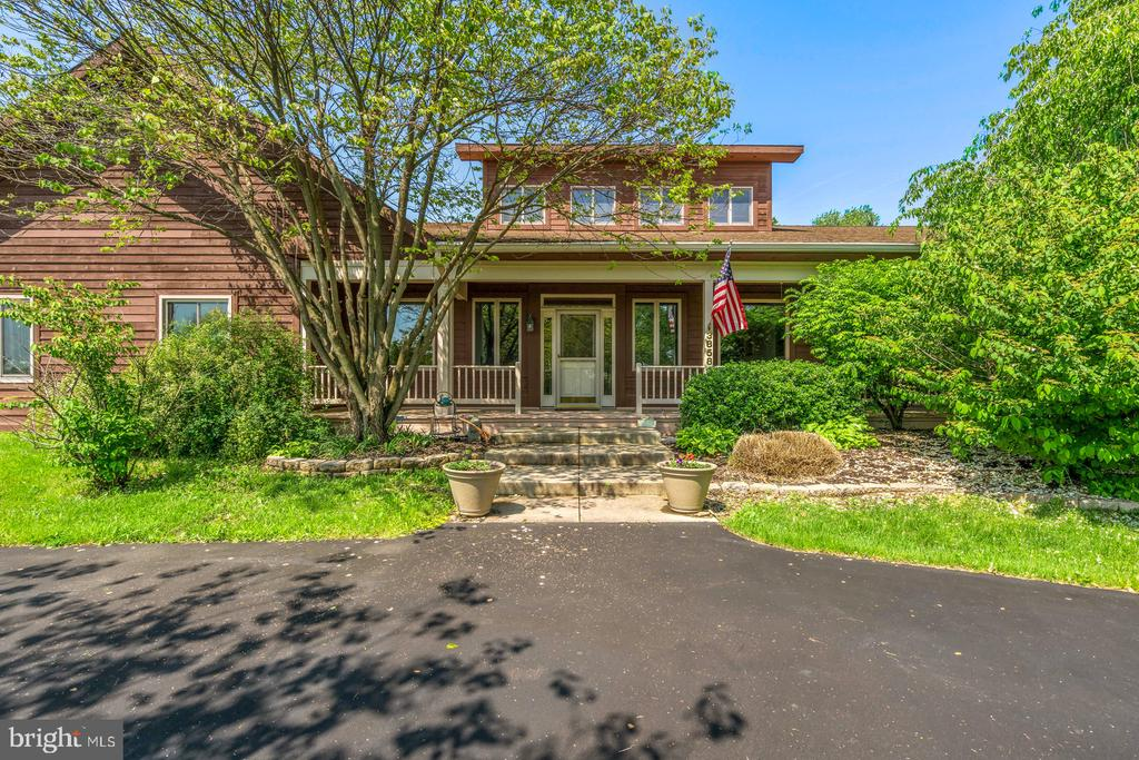 Inviting Front Porch for relaxing or entertaining - 38581 DAYMONT LN, WATERFORD