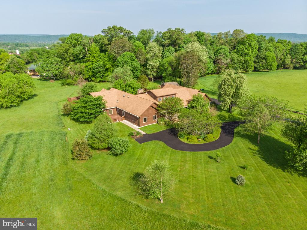 circular driveway with landscaped Koi pond! - 38581 DAYMONT LN, WATERFORD