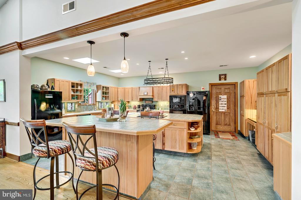 Country Kitchen w/ Double Islands - 38581 DAYMONT LN, WATERFORD