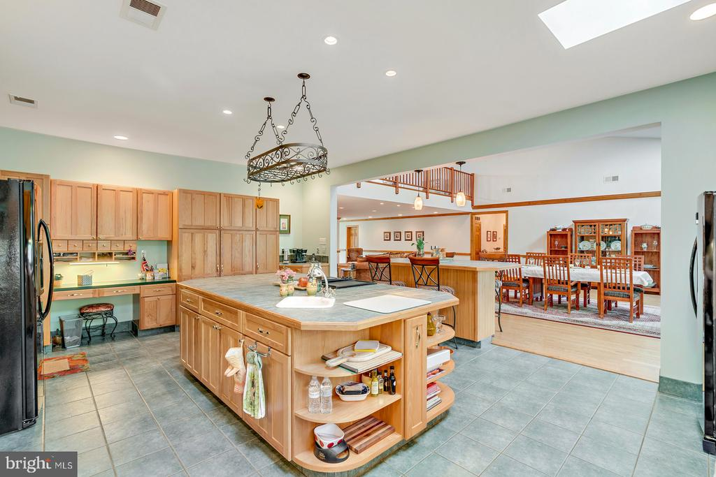 Main Country Kitchen opens to Great Room - 38581 DAYMONT LN, WATERFORD