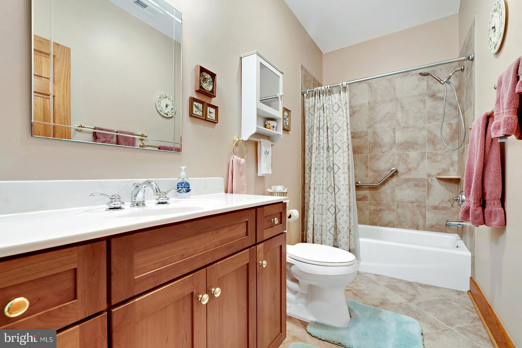 3rd full bath private & udated - 38581 DAYMONT LN, WATERFORD