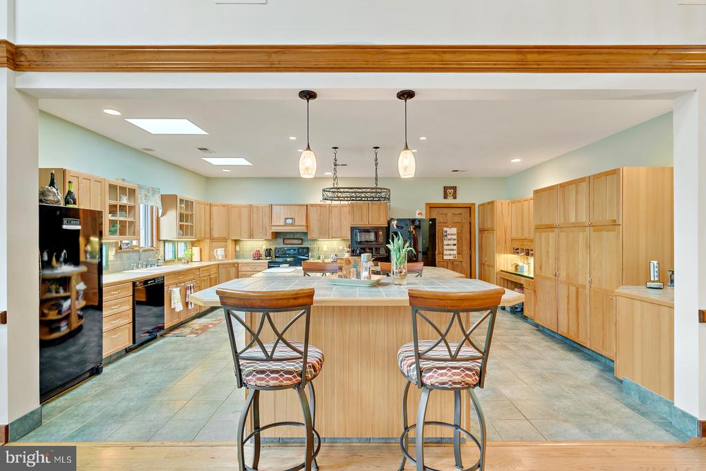 Breakfast Bar with pendant lights - 38581 DAYMONT LN, WATERFORD