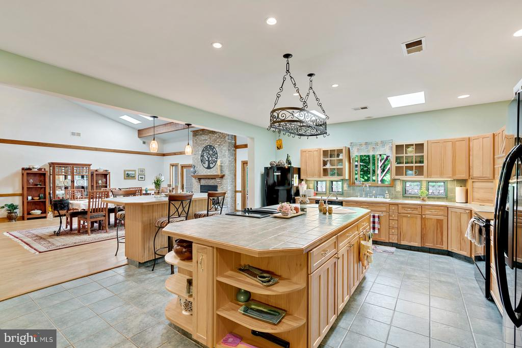 Working Island w/Jenn Air cooktop &vegetable  sink - 38581 DAYMONT LN, WATERFORD