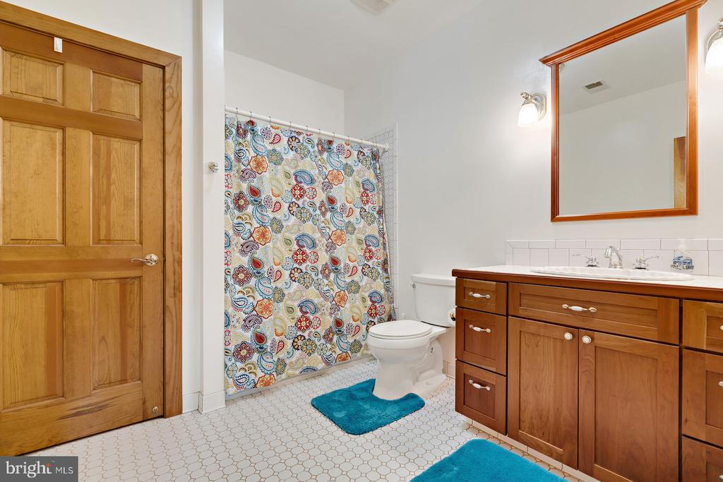 4th private bath - 38581 DAYMONT LN, WATERFORD
