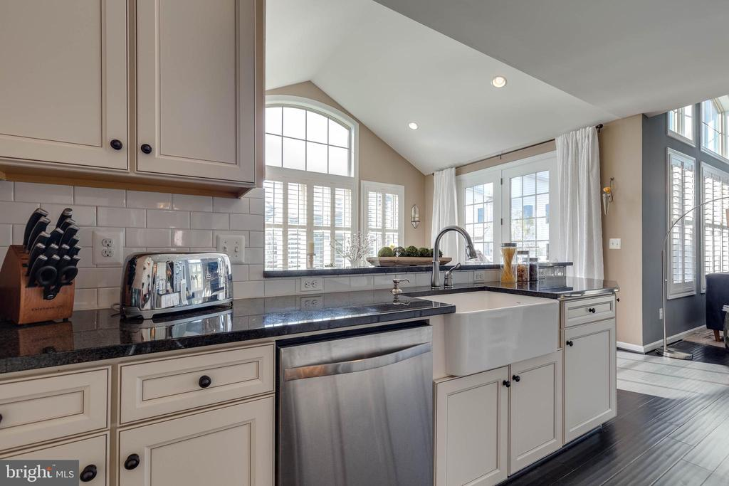 Gourmet Kitchen with Breakfast Bar - 42231 AMBER MEADOWS LN, BRAMBLETON