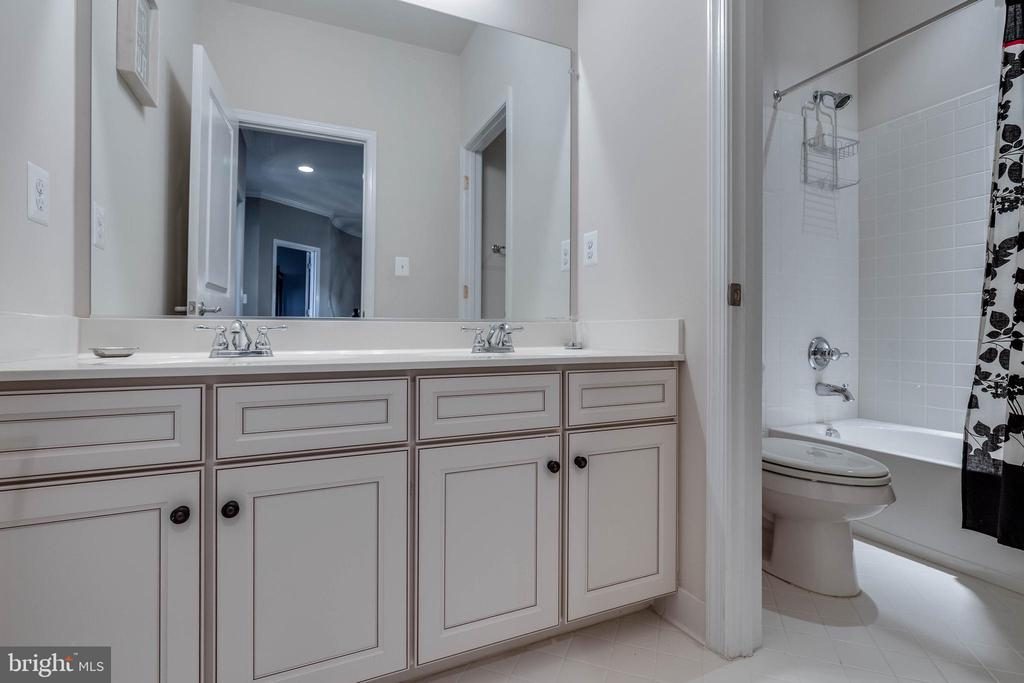 Full Bathroom Upper Level - 42231 AMBER MEADOWS LN, BRAMBLETON
